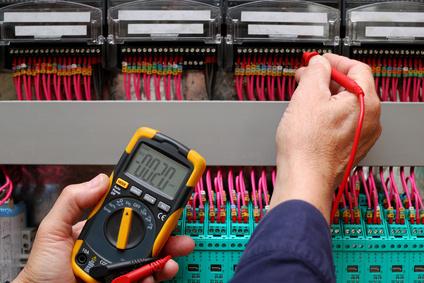 Imagen polímetro testeando panel eléctrico